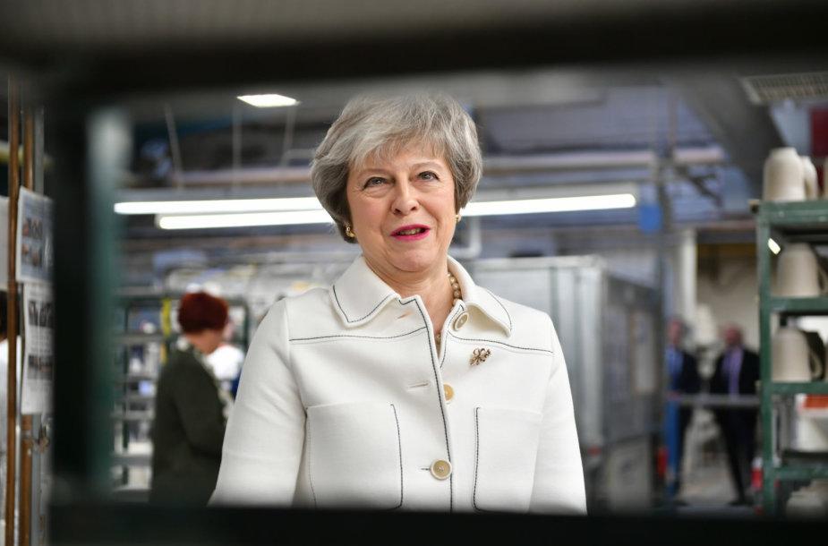 Theresa May Stoko prie Trento mieste