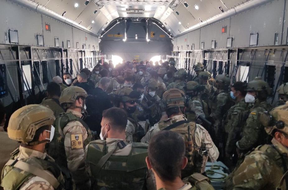 Kariai išvyksta iš Kabulo