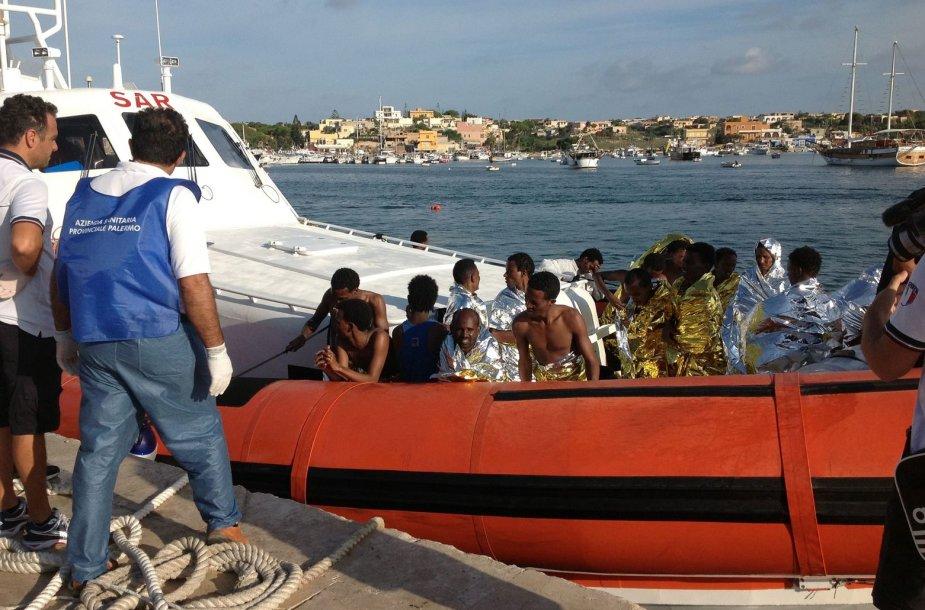 Išsigelbėję žmonės iš nuskendusio migrantų laivo šalia Lampedūzos salos