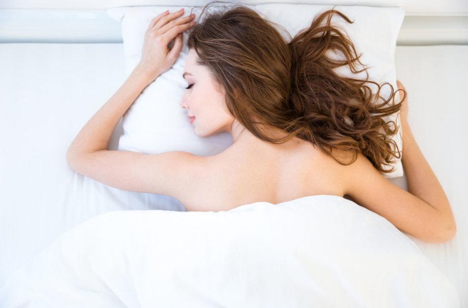 Mieganti moteris