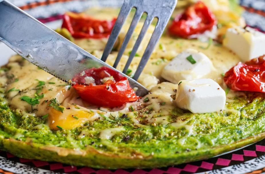 Špinatų omletas su sūriu ir pomidorais