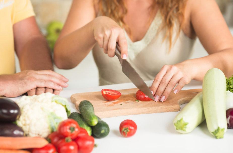 Moteris pjausto daržoves