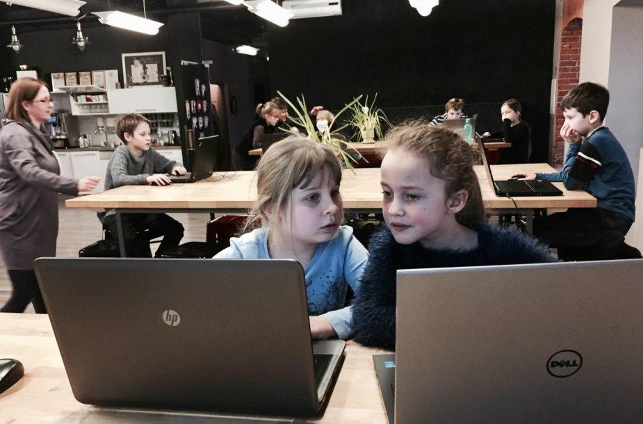 Mergaitės programavimo pamokose