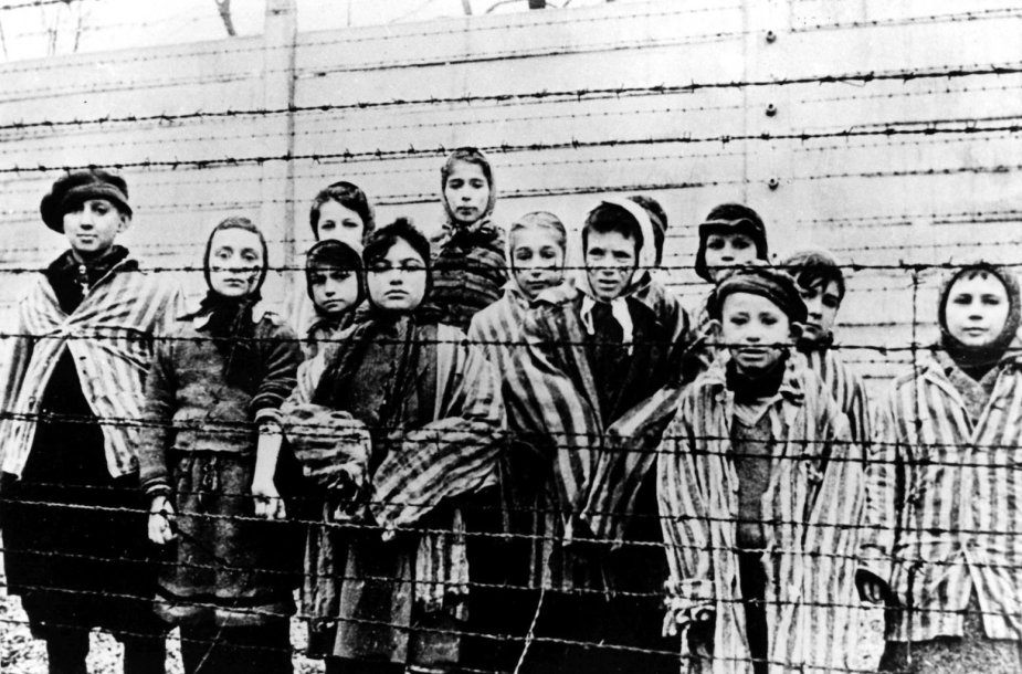 Sovietų išlaisvinti kaliniai Aušvico koncentracijos stovykloje 1945 metais