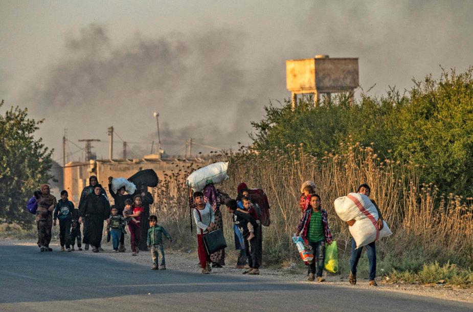 Civiliai traukiasi iš Turkijos bombarduojamų teritorijų.