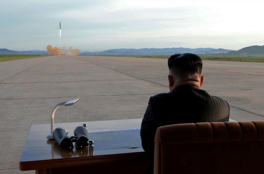 Kim Jong Unas stebi tarpžemyninės balistinės raketos paleidimą