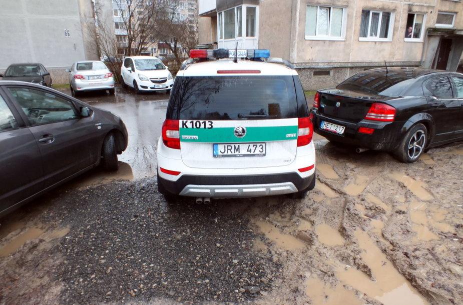 Taikos pr. Kaune ant pėsčiųjų tako stovintys automobiliai