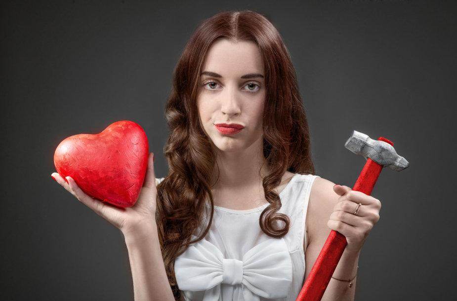 Moteris rankoje laiko širdį