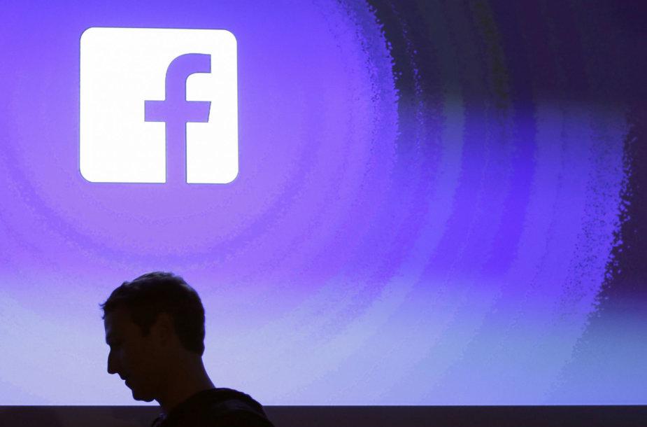 """Markas Zuckerbergas """"pagautas"""" prie savo įmonės logotipo"""