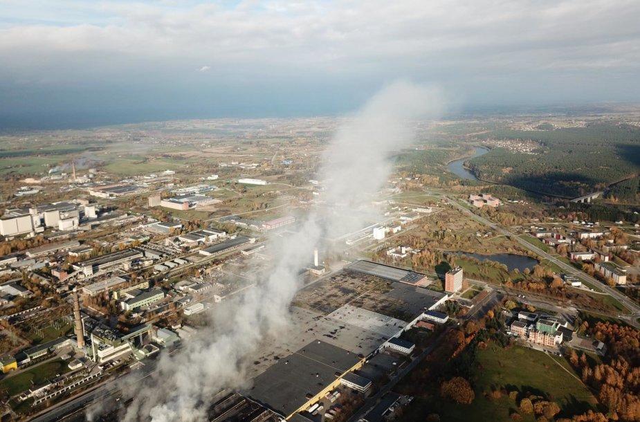 """Rūkstantis padangų gamyklos """"Ekologistika"""" pastatas"""