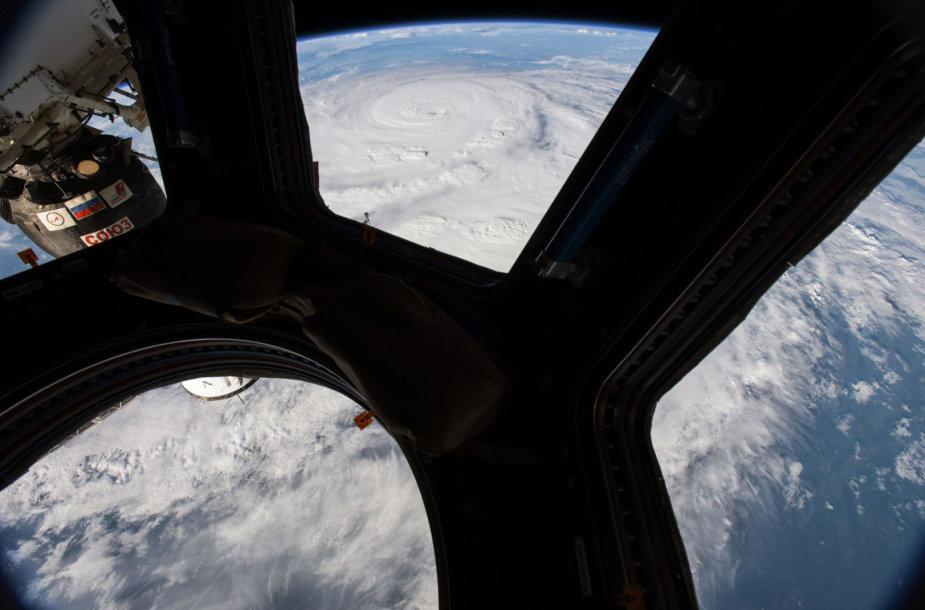 Pro Tarptautinės kosminės stoties iliuminatorių matomas uragano Harvey sūkurys