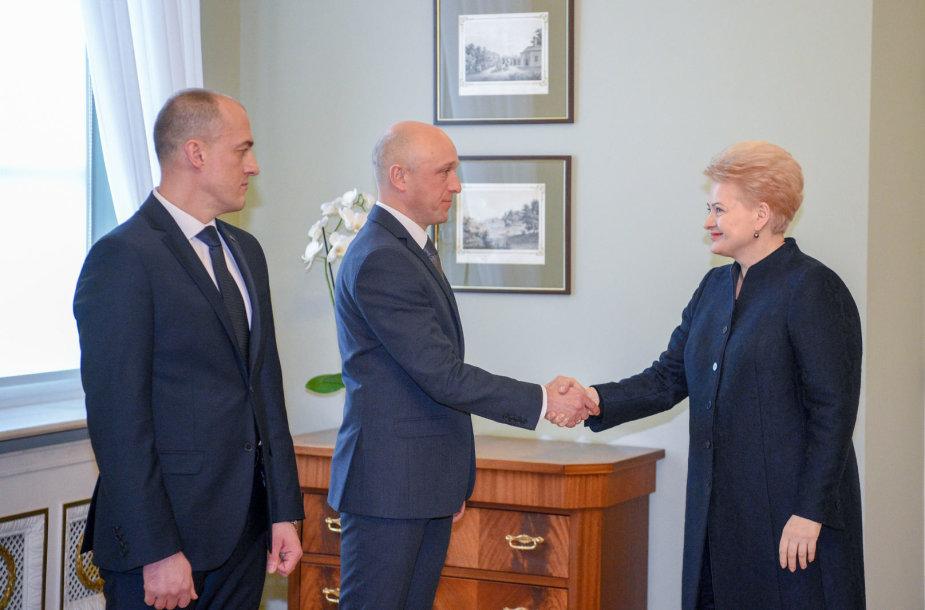 Dalia Grybauskaitė STT nebenorintį vadovauti Saulių Urbanavičių (viduryje) siūlo pakeisti Žydrūnu Bartkumi.