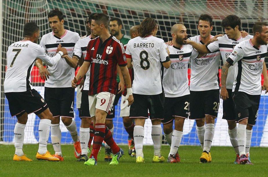 """Fernando Torresas žiūri į besidžiaugiančius """"Palermo"""" žaidėjus"""