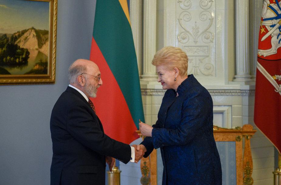 Prezidentė dailininkui Samueliui Bakui įteikė valstybės apdovanojimą