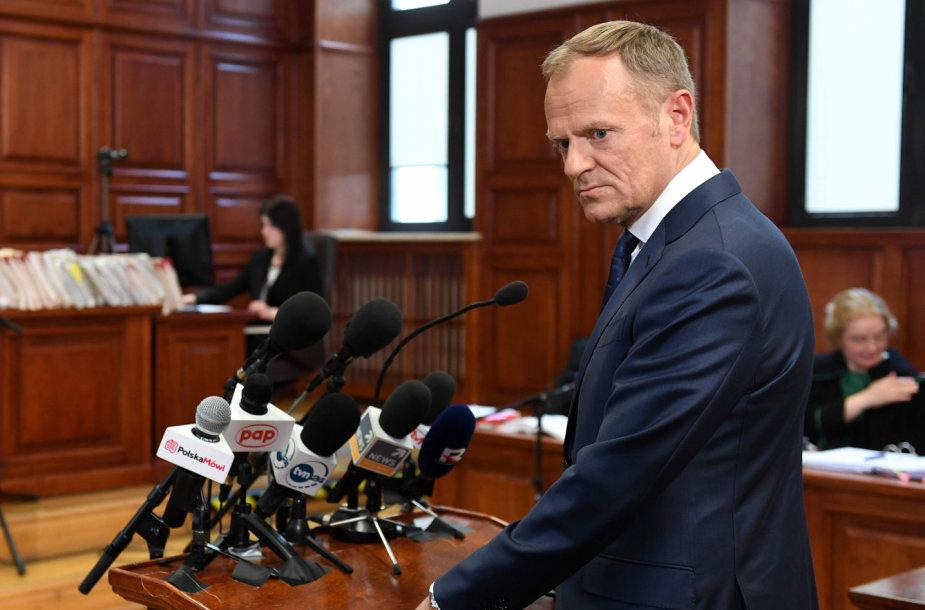 Donaldas Tuskas duoda parodymus teisme.