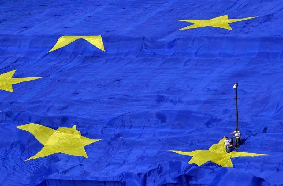 Didžiulė Europos Sąjungos vėliava prie Rumunijos parlamento