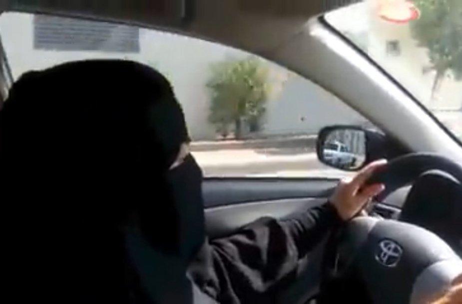 Moterys vairuotojos Saudo Arabijoje turi slėptis nuo policijos.