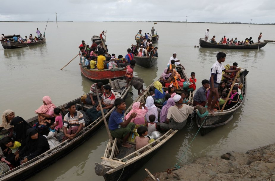 Iš Mianmaro bėgantys rohinjai Bangladešą bando pasiekti laivais