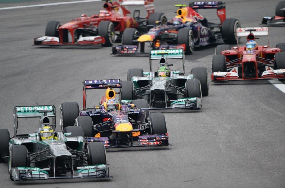 Nico Rosbergas priekyje, už jo – Sebastianas Vettelis