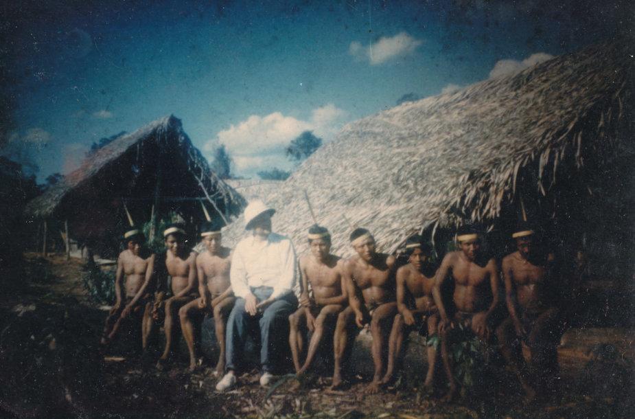 Padre Bendoraitis su indėnais/ iš asmeninio A. Bendoraičio archyvo