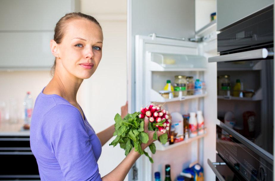 Moteris prie šaldytuvo