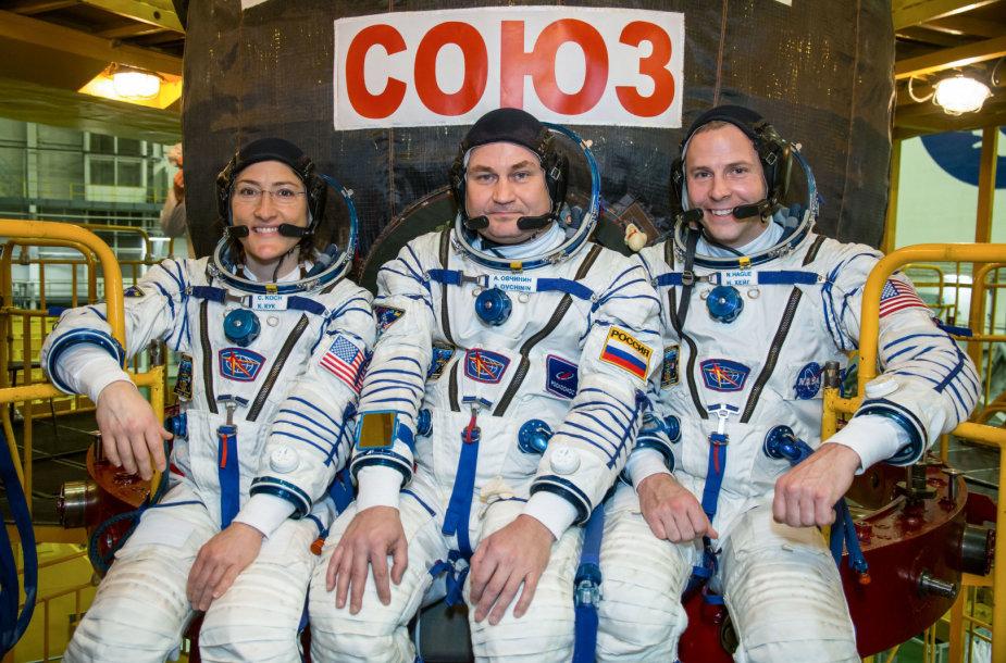 Nickas Hague, Christina Koch ir Alexey Ovchinin