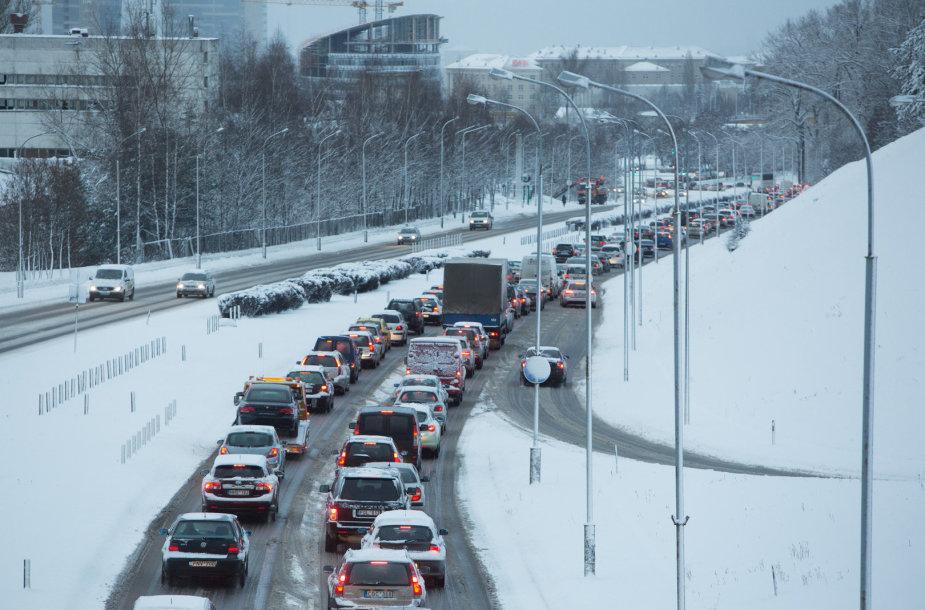 Sunkus pirmadienis sostinės vairuotojams