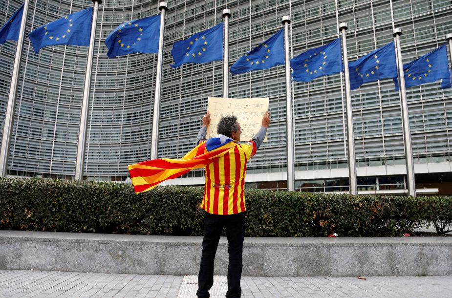 Katalonas aktyvistas prie Europos Komisijos pastato Briuselyje