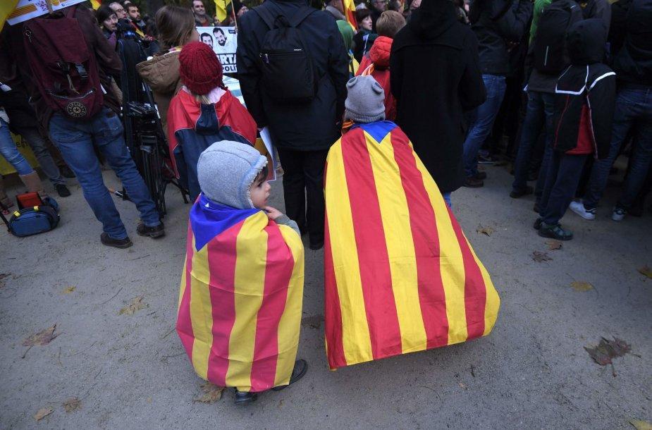 Šimtai demonstrantų Briuselyje reiškė paramą Katalonijos nepriklausomybei