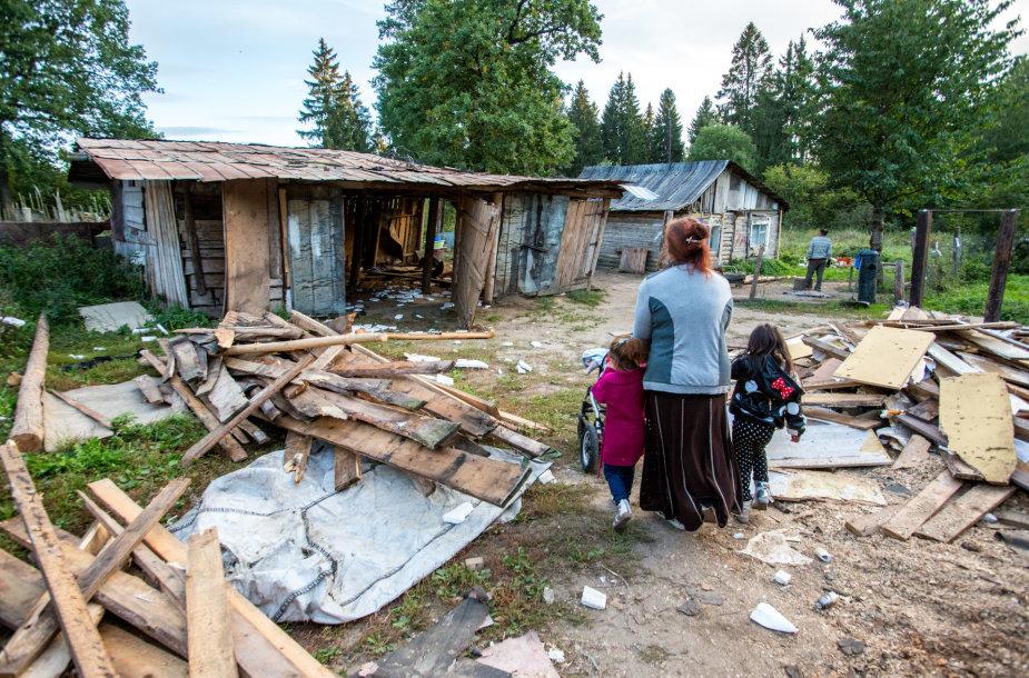 Kirtimų tabore čigonai nelaukė buldozerių – patys nugriovė tris namus