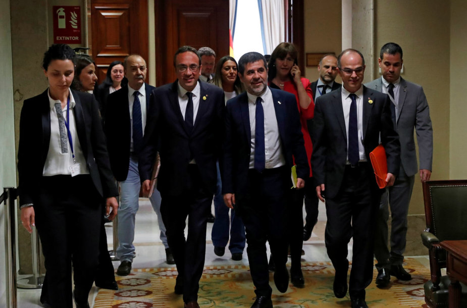 Penkiskatalonų separatistų lyderius policija palydėjo įIspanijos parlamentą