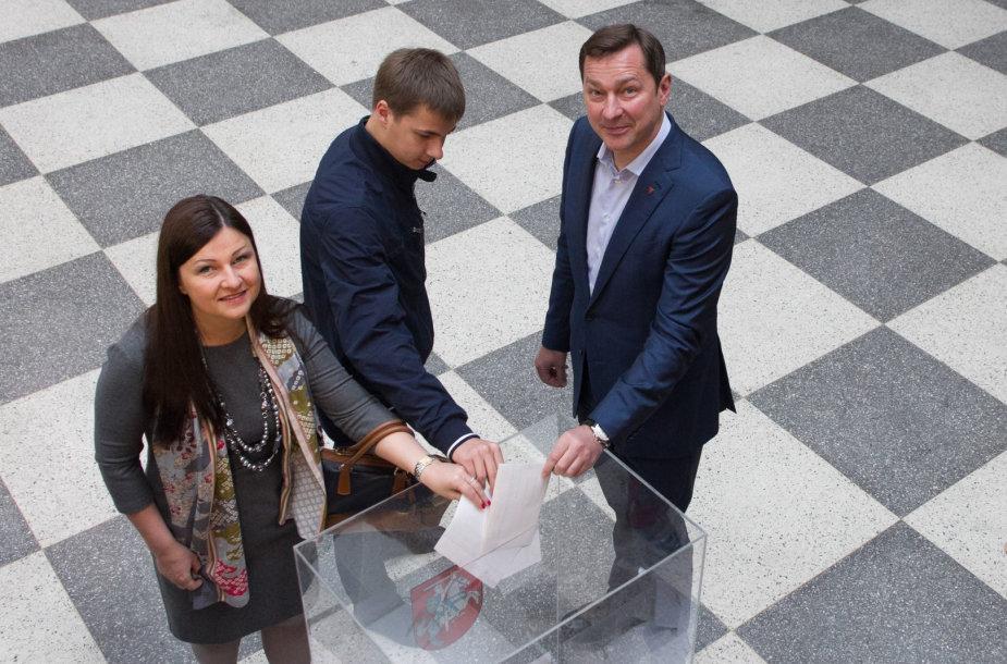Prezidento rinkimuose balsavo Artūras Zuokas su žmona Agne ir sūnum