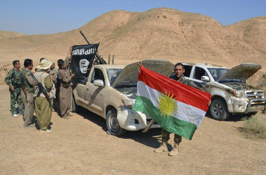 Kurdų kovotojai prie bėgančių IS džihadistų paliktų automobilių