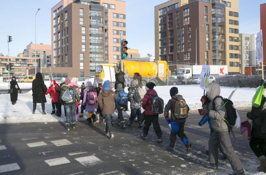 """Akcija """"Žalią šviesą saugiam vaikų keliui į mokyklas"""""""