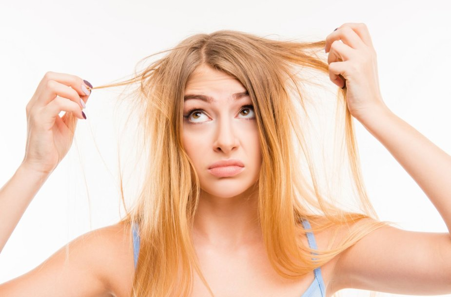 Moteris nepatenkinta savo plaukais