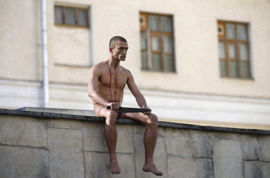 Rusijos menininkas Piotras Pavlenskis nuspjovęs dalį ausies.