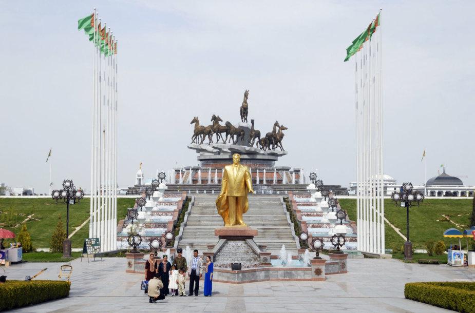 Viena iš auksinių Saparmurato Nijazovo statulų