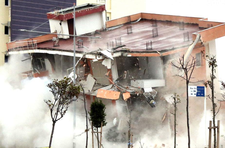 Albanijoje susprogdintas žemės drebėjimo apgadintas pastatas