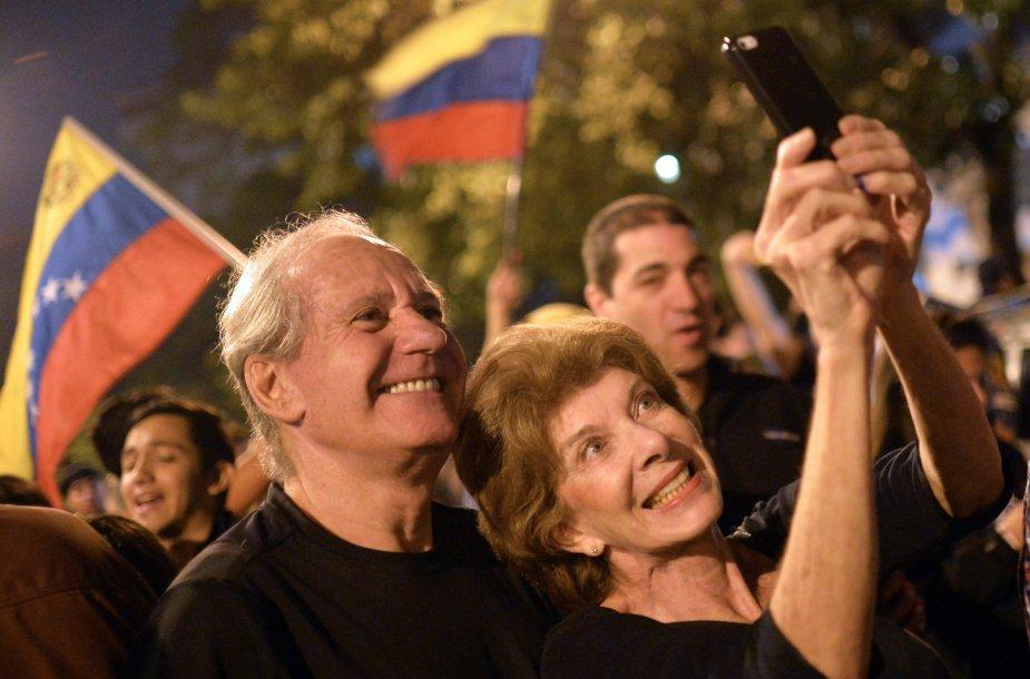 Venesuelos opozicijos šalininkai švenčia pergalę.