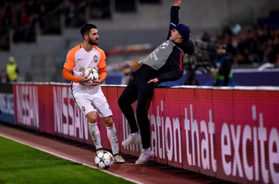 F.Ferreyra išvertė iš kojų kamuolius padavinėjusį jaunuolį per Čempionų lygos rungtynes Romoje.