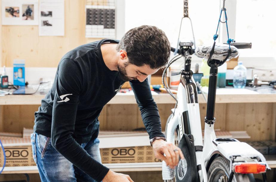 Pabėgėliai dirba dviračių  gamykloje