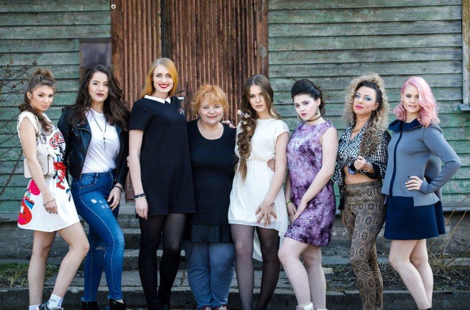 Jolanta Mačiulienė (centre) ir šukuosenų modeliai