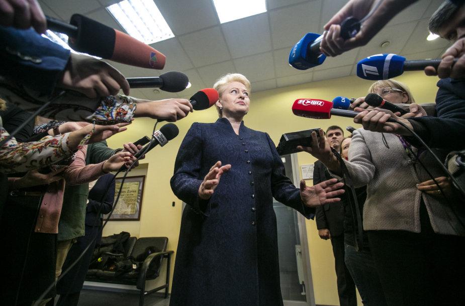 Dalia Grybauskaitė atsakinėja į žurnalistų klausimus po apsilankymo VRK