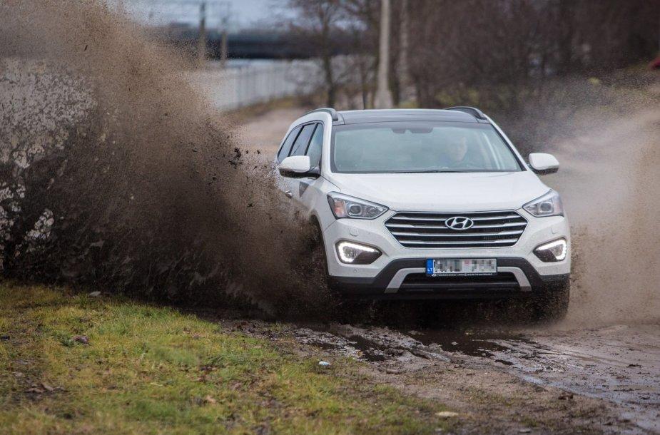 "Asociatyvinė iliustracija: visureigis ""Hyundai Grand Santa Fe"""