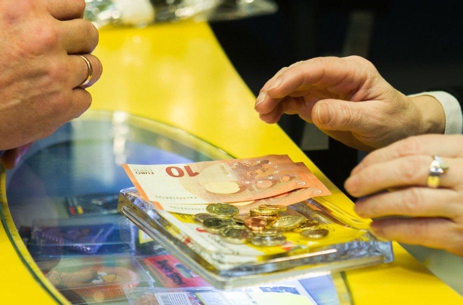Lietuvos pašto bendrovės vadovė Lina Minderienė ir susisiekimo ministras Rimantas Sinkevičius apžvelgė eurų keitimo klausimus.