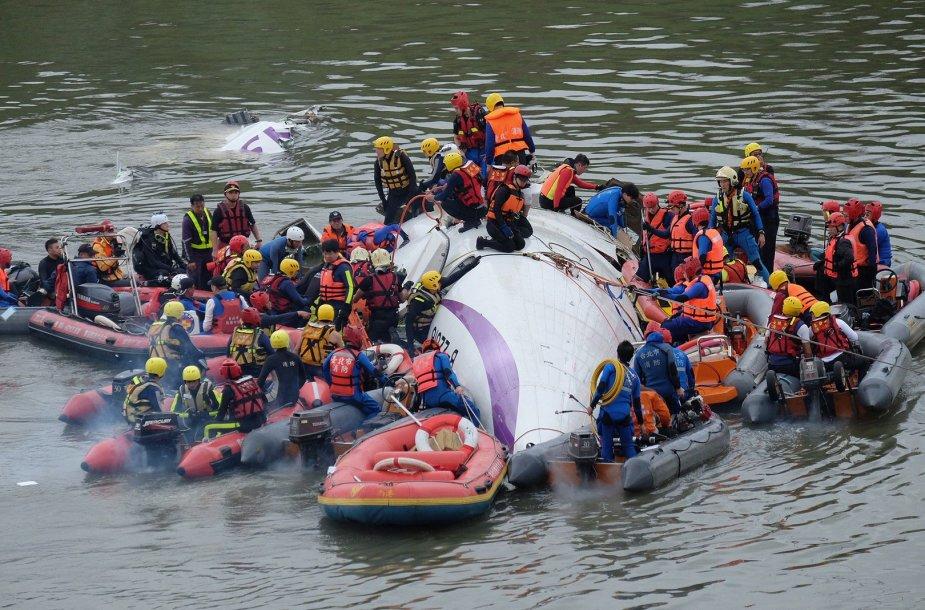 """Taivane į upę nukrito """"TransAsia Airways"""" lėktuvas"""