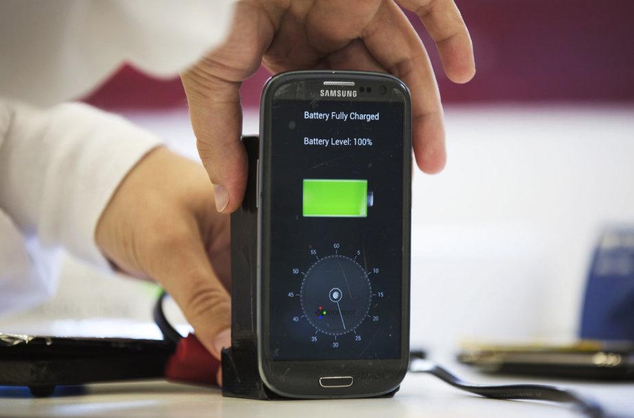 StoreDot kroviklis specialiai tam pritaikytą telefoną gali įkrauti greičiau nei per minutę