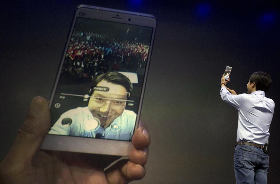 """""""Xiaomi"""" tarybos pirmininkas Lei'us Junas laiko naują kinų flagmaną """"Mi Note"""""""