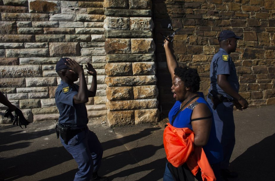 Judaodė moteris ir policininkai