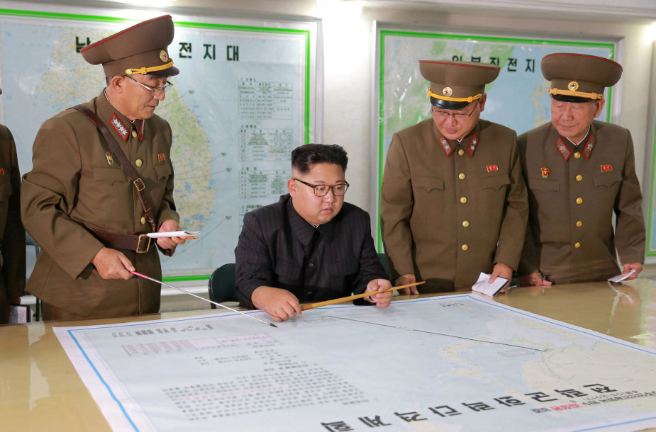 Kim Jong Unas su Šiaurės Korėjos kariškiais
